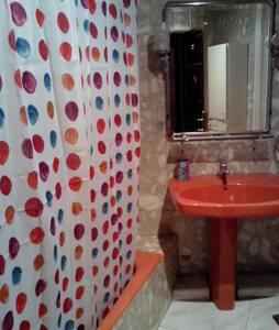 Habitación baño compartido. estancias largas