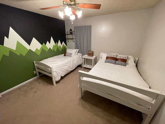 Bedroom with twin & Full bed.