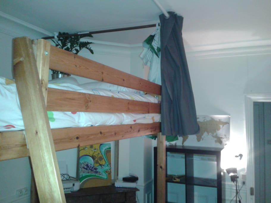rideaux ajouter aujourd'hui tout autour du lit (curtains just add today).