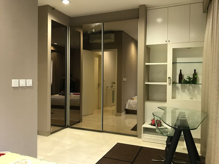 A modern and spacious wardrobe for your clothes and belongings