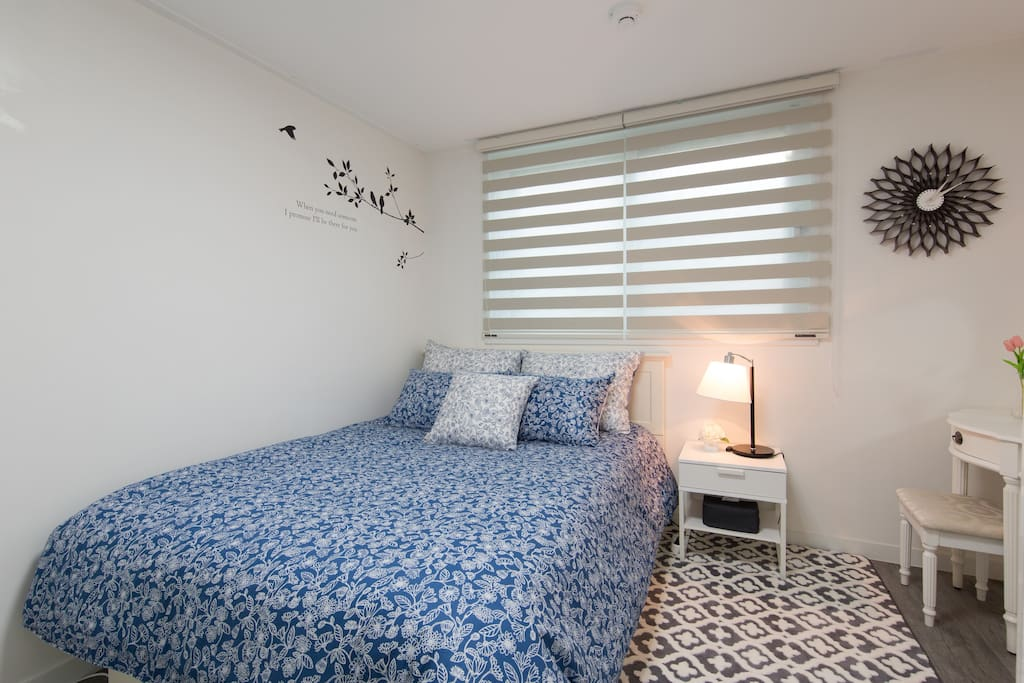 Modern and stylish bed and bedding 시몬스 매트리스와 최고급 침구로 편안한 잠자리를 제공합니다.