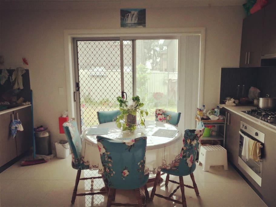 位于别墅一楼的厨房 可以任意使用,还可以约上三五房客一起在楼下喝喝小酒呢