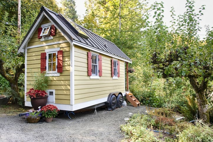 Bright & Cozy Tiny House on the Bay - Olympia - Hytte
