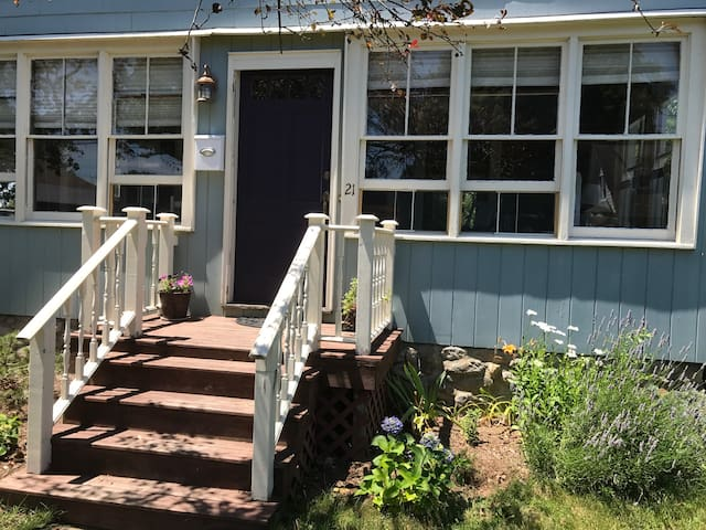 Indigo Cottage - in the heart of Mystic
