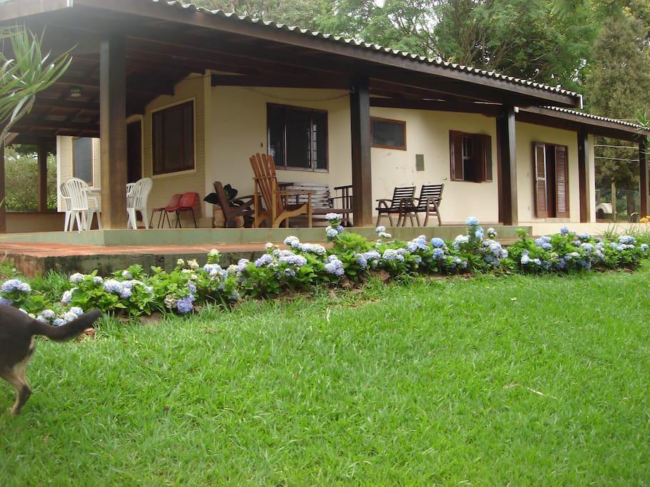 Big house with large porch facing the water - Casa grande com varanda com vista para a Represa