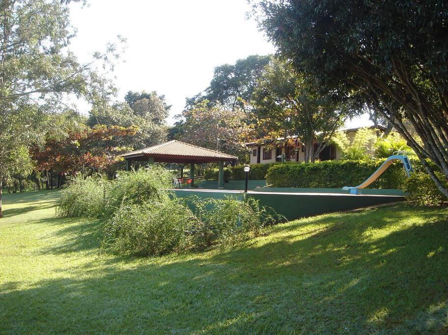 Pool, rest and barbecue area with the smaller house at the back - Piscina, quiosque com churrasqueira e casa menor ao fundo