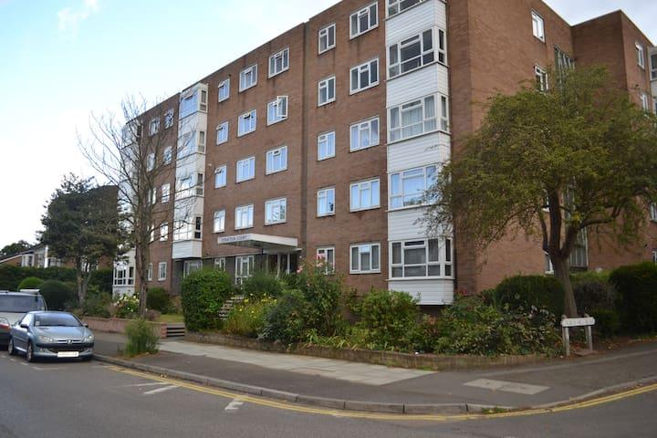 Luxury Flat in Stratton Court in Surbiton for 4/6