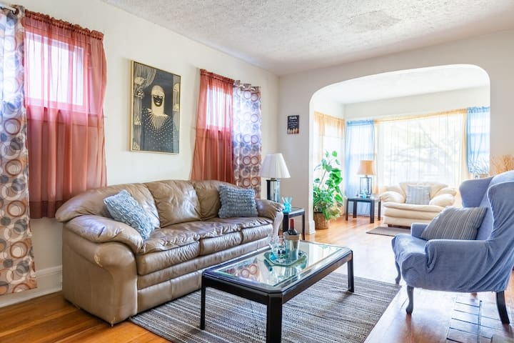 Walkable Spacious Apt in Charming Cedar Fairmount
