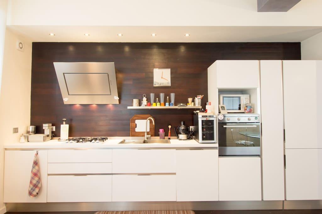 Cucina completa di forno, microonde, fornelli, macchina caffè espresso, cantinetta per vini e lavastoviglie