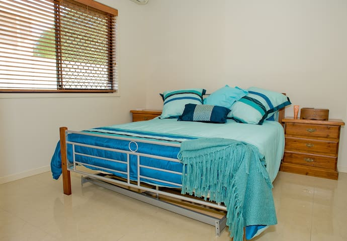 Ensuite Bedroom, close to airport - Nudgee - Casa