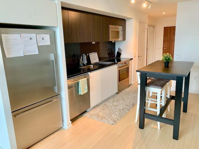 Modern 2Bdr Central Condo by Lake **FREE PARKING**