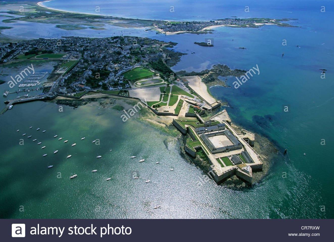 Vue aérienne de Port-Louis et sa citadelle