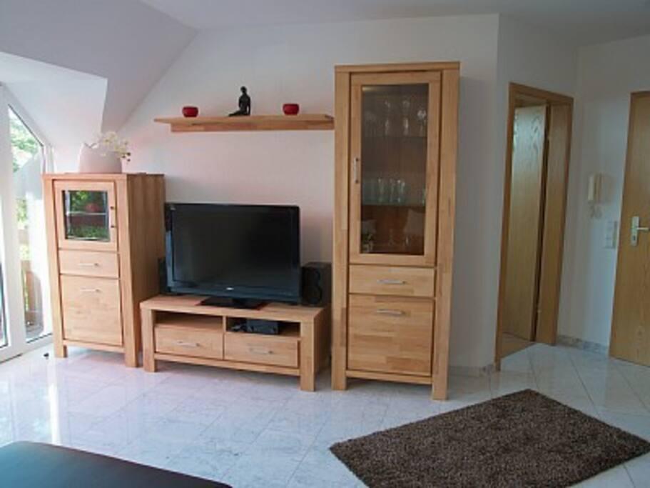 Wohnzimmer, großer TV mit Blu-ray Player, Massivholz Schränke