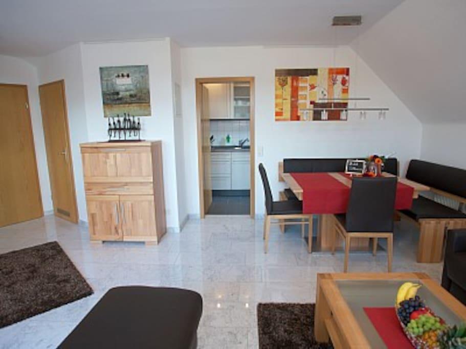Wohnzimmer mit Marmorboden, Sekretär, Blickrichtung Küche