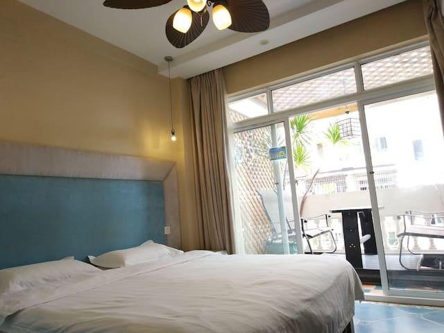 海边一室带阳台摩洛哥地中海大床房 (步行街,三亚风情街,美食街一应俱全,到各景点超方便)