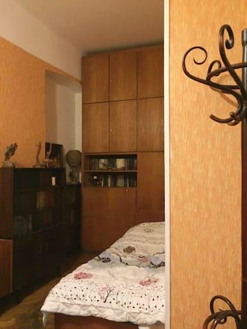 В комнате Две односпальной кровати, столик и шкаф