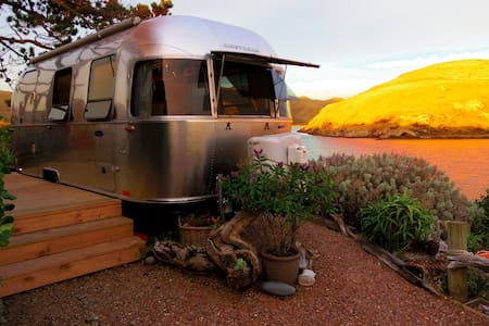 Airstream BnB - Metallic Womb where Nature Rocks
