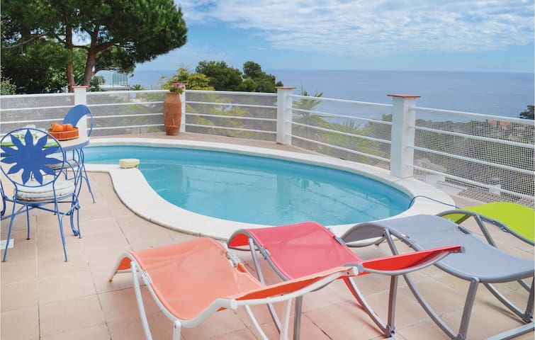 Holiday cottage with 4 bedrooms on 140m² in Blanes