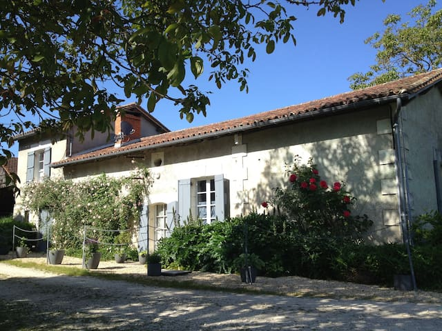 Charming Farmhouse near Aubeterre - Laprade - Haus