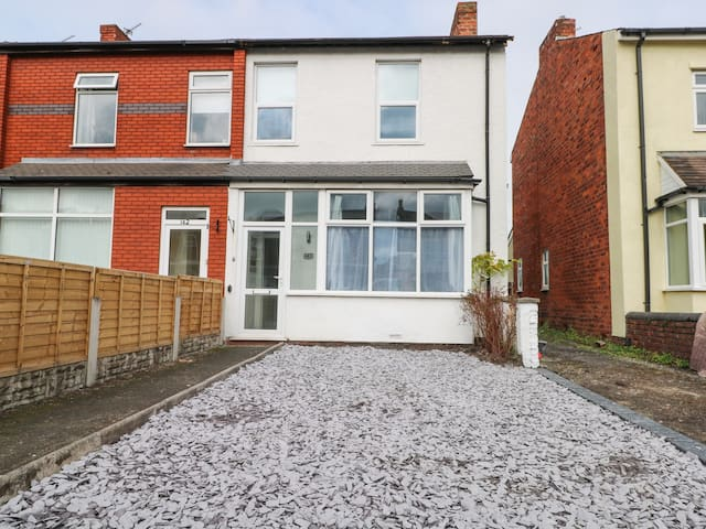 BRANDONS, pet friendly, with a garden in Southport, Ref 983453