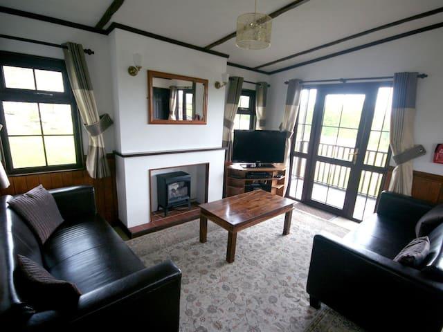 Three bedroom timber lodge close to sea