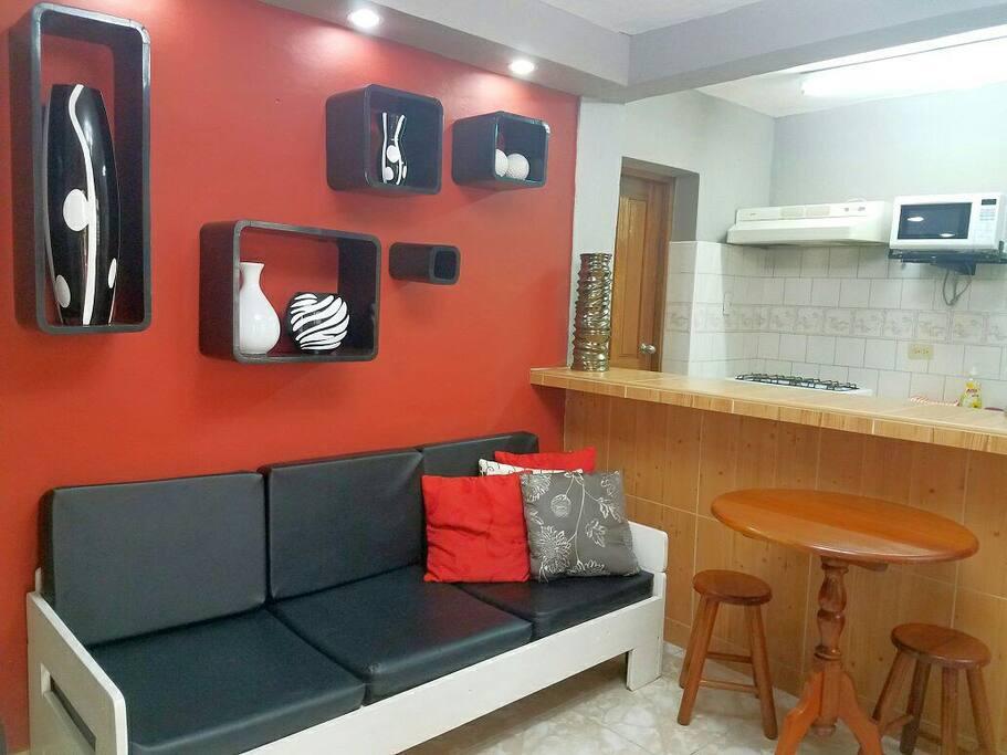 Sala /comedor muy luminosa y colorida . TV, refrierador. Acojedora y sencilla ideal para compartir con familia y amigos. Da bienvenida al apartamento.