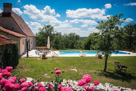 Location Gîte Piscine chauffée - Lentillac-du-Causse - House