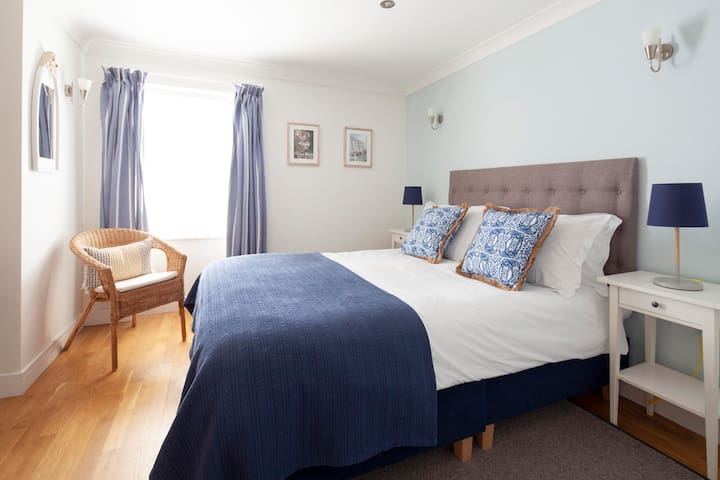 Loe Bar - double ensuite B&B room in Porthleven
