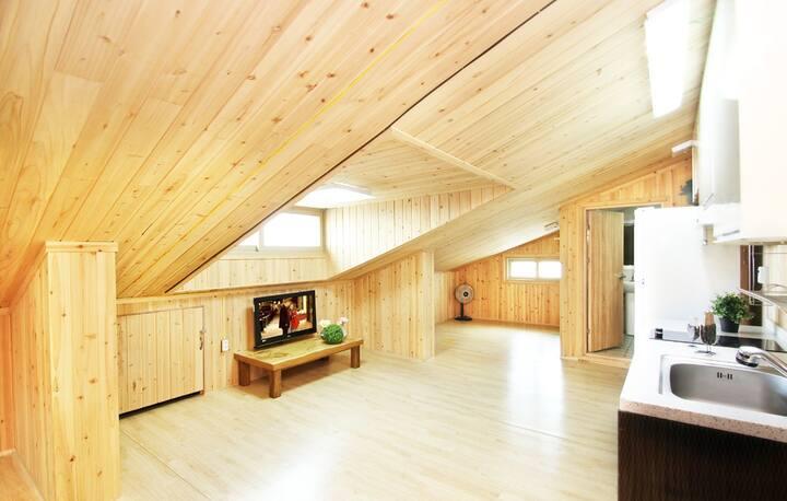 천장 유리창을 통해 따스한 햇살이 들어와 포근한 휴식을 보낼 수 있는 객실 프레지아