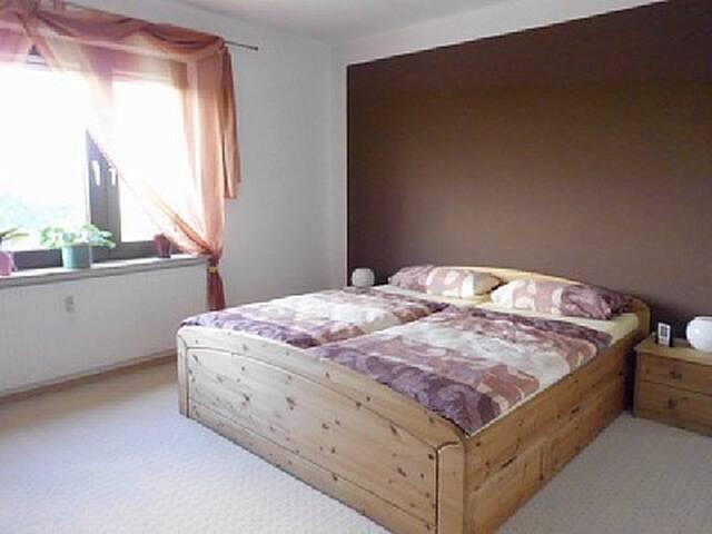 Hauptschlafzimmer 21qm, 180x200 Doppelbett, ein Gästebett oder Babybett kann noch zusätzlich gestellt werden. Beides vorhanden.