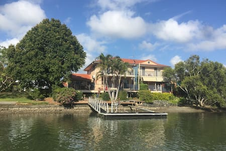 Absolute Waterfront Family Home - Tweed Heads West