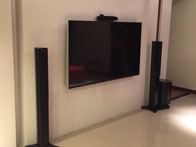 客廳超大的電視及音響