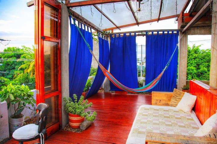 Terraza: Hamaca y cama doble.