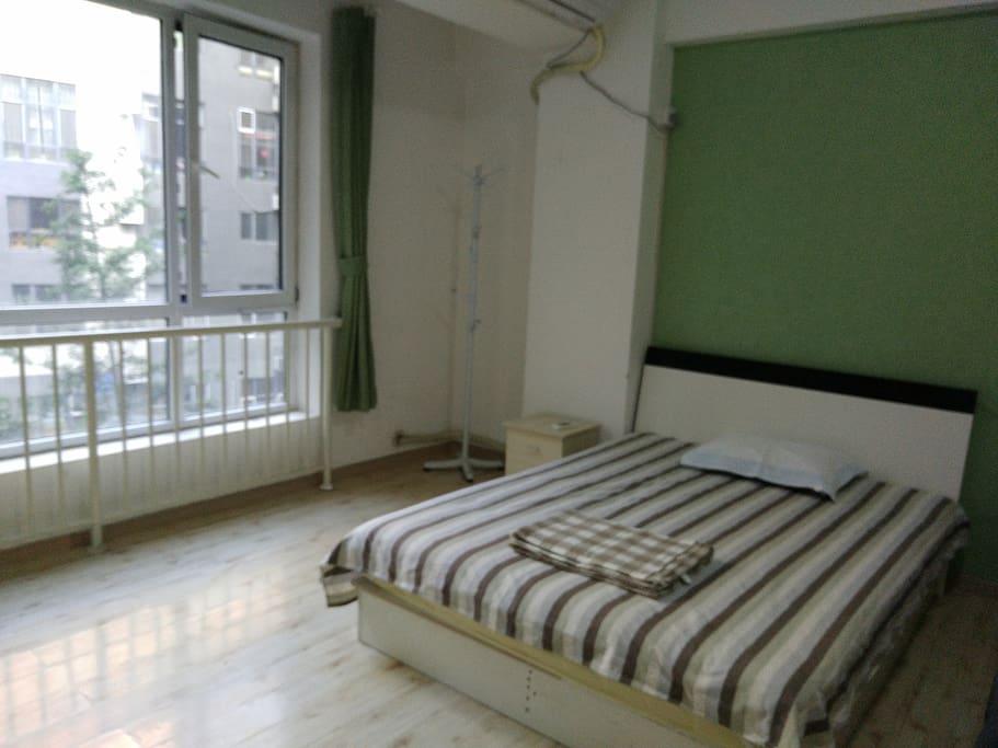 卧室和阳台是打通的,宽敞的大玻璃
