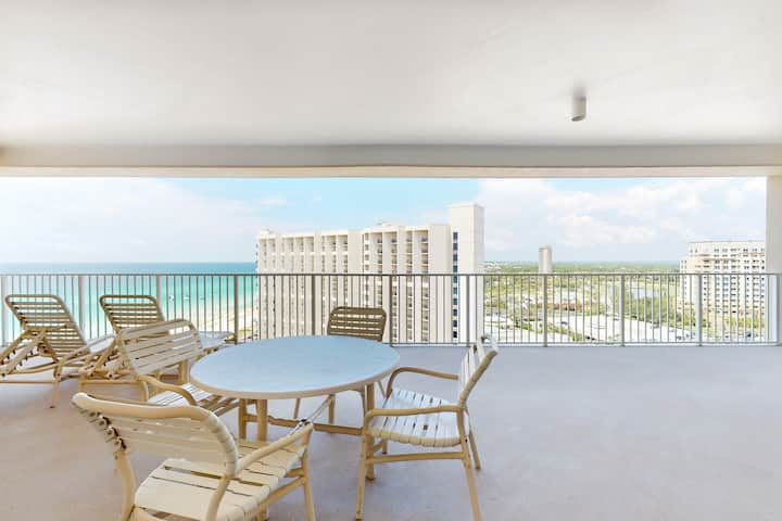 Chic, Gulf front getaway w/ amazing views, shared pools, sports courts, & a gym!