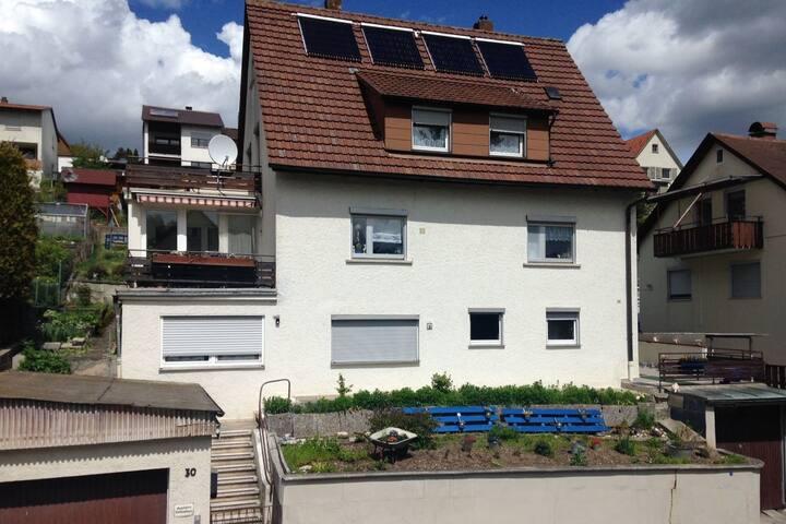 Möbliertes Zimmer mit Schlossblick und Balkon