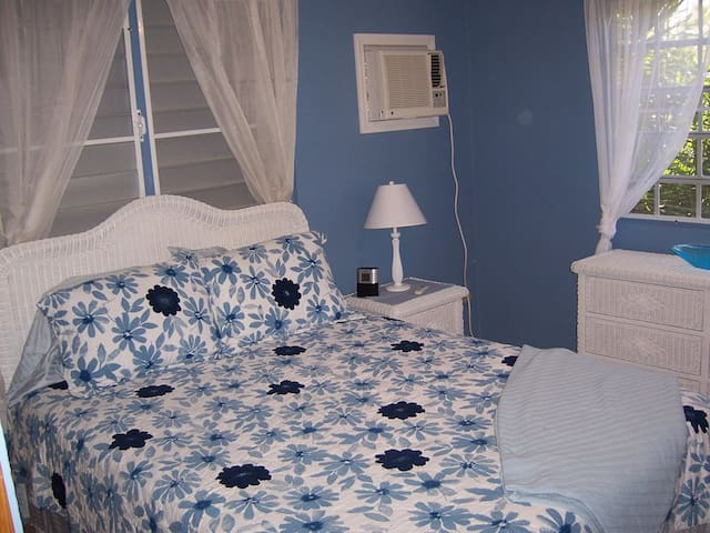 The bright and airy 2nd bedroom has a Queen size bed which sleeps two. Air conditioning and a ceiling fan are installed. It is a cute room which gets plenty of natural light.
