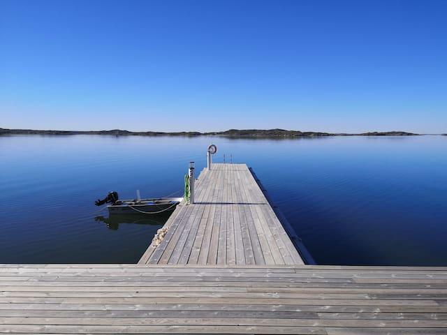 Modernt hus på ö i Södra Bohuslän med havsutsikt