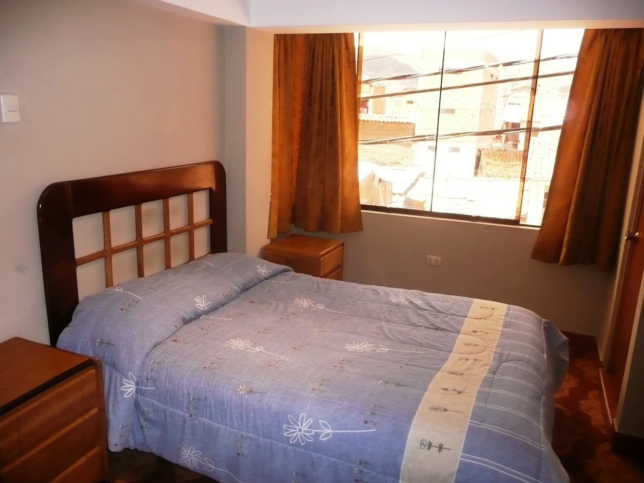 Room with a queen bed, we can also fit 2 single beds or for 3 people 1 single bed + 1 bunk bed / Cuarto principal con Cama Matrimonial, tambien se puede poner 2 camas simples o para 3 personas 1 cama simple + 1 camarote