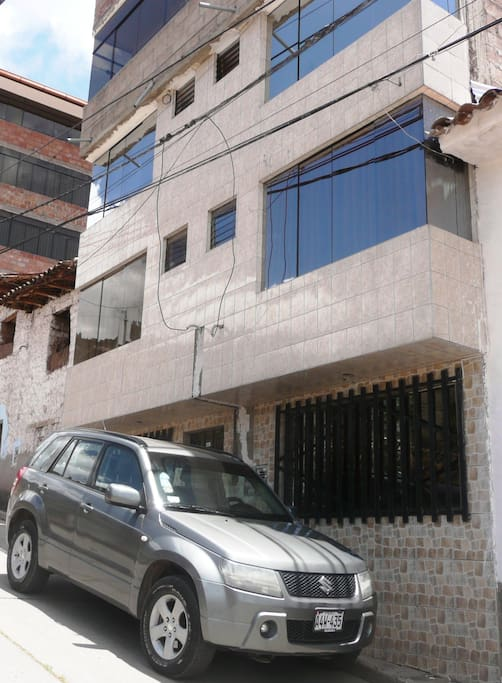 View from outside; the room is above the car on the 2nd floor / Vista exterior; el cuarto esta encima del carro en el 2do piso