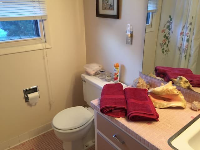 Private Room 1W ~ Close to the Lake - Sheboygan - Huis