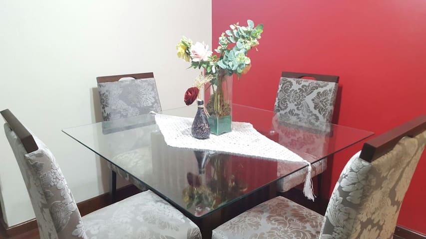 A nova mesa decorada de jantar.