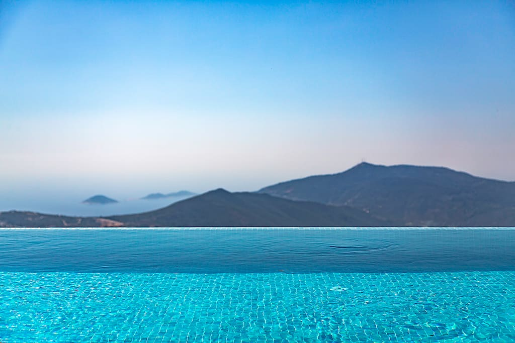 Infinity pool with salt system