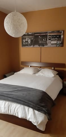 The bedroom counts with a double bed, full closet, desk, toiletries, linen, water cooker, tea, instant coffee and plenty of information to help you discover the best of Flanders.
