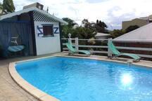 Coin détente près de la piscine