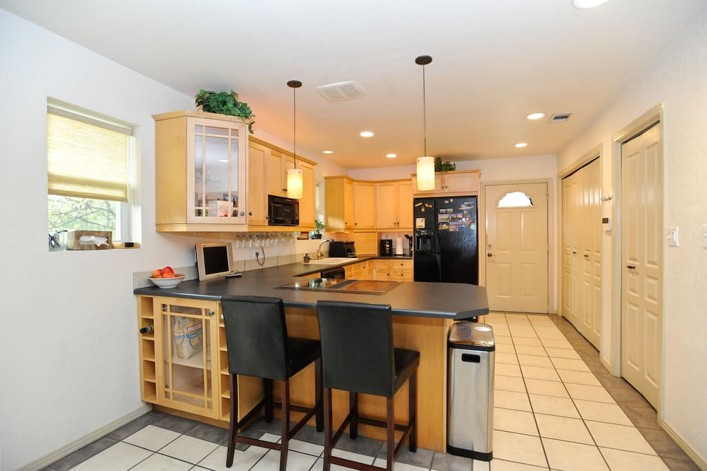 Kitchen, now has 3 stools.
