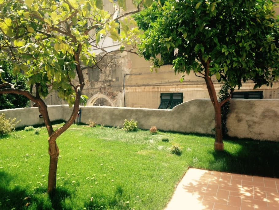 un petit jardin dans le centre appartements louer g nes ligurie italie. Black Bedroom Furniture Sets. Home Design Ideas