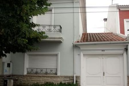 Casa de dos plantas con verde - La Plata