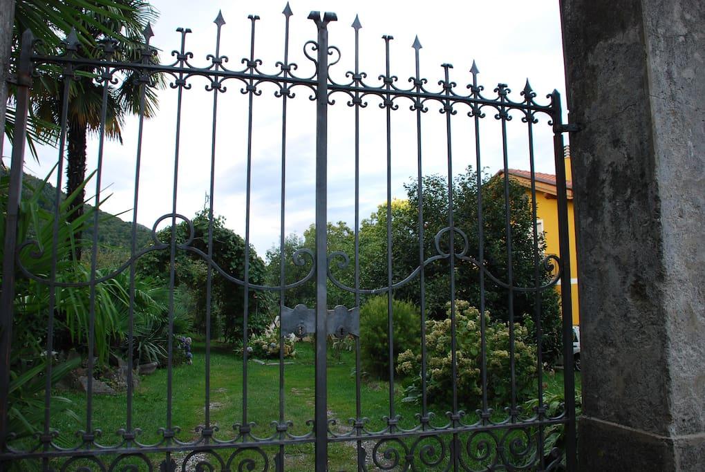 Ingresso e giardino  / Gate and garden