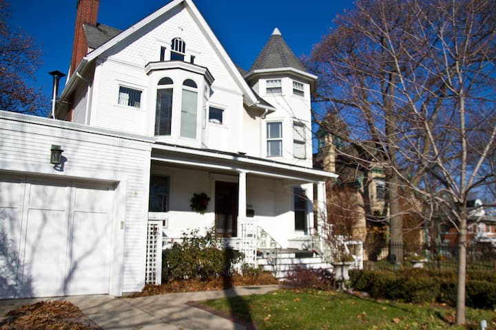 2BR/1BA Downtown Victorian on Lake Mendota, W/Pier